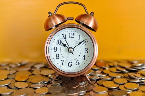 Đề cập đến thời gian và tiền bạc trong tiêu đề