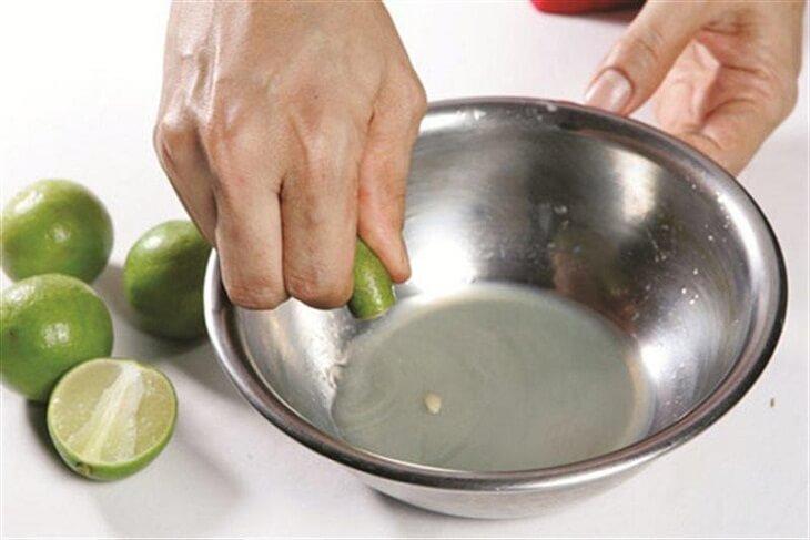 Bóp muối và rửa nước chanh giúp lươn sạch nhớt